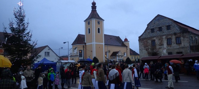 Setkání u vánočního stromečku na náměstí v Domašíně